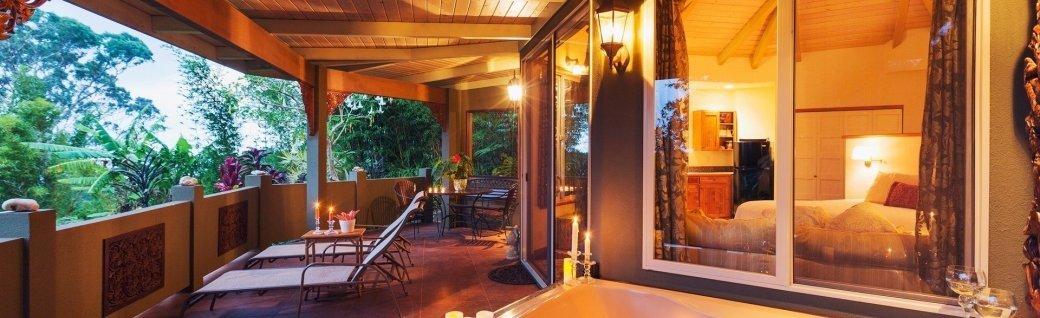 Romantische Terrasse mit tropischen Zuhauses mit Badewanne und Kerzen  , Quelle: ©EpicStockMedia / istockphoto