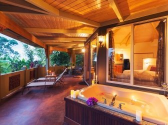 Romantische Terrasse mit tropischen Zuhauses mit Badewanne und Kerzen