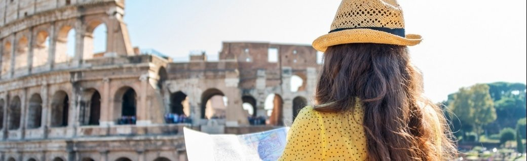 Touristen Frau am Collosseum, Rom, Quelle: Central IT Alliance/istockphoto