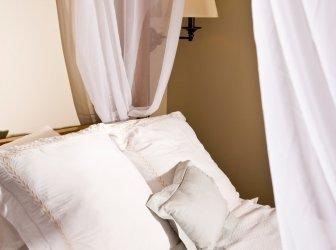 Kissen auf einem weißen Markise-Bett