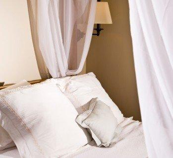 Hotelzimmer mit Himmelbett, Quelle: goldenKB / istockphoto