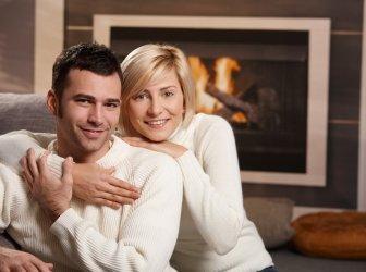 Romantisches Paar zu Hause fühlen