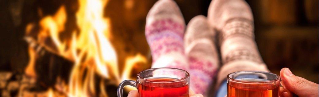 Glühwein im romantischen Kamin, Quelle: AlexRaths / istockphoto