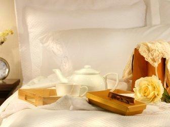Tee im Bett mit Pralinen