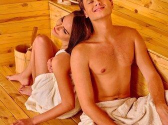 Gruppe von Leuten in einer Sauna