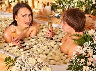 Paar entspannen Sie sich im spa mit Blume