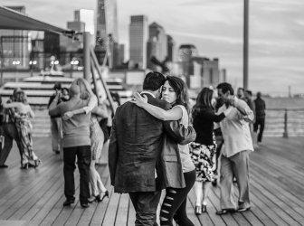 Paar tanzt Tango auf dem Steg vom Hudson Fluss, NY