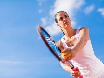 Junge Frau spielt Tennis