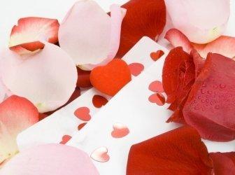 Valentinstagsgeschenk und Rosen