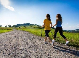 Gesunder Lebensstil - Junge Frauen Sportwandern