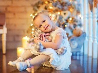 Kleines Mädchen am Weihnachtsabend