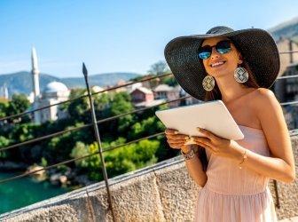 Weibliche Touristin benutzt digitales Tablet in Mostar Stadt