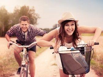 Glückliches Paar auf Fahrrädern