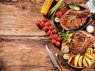 Steaks mit gegrilltem Gemüse