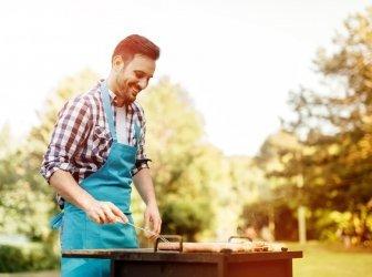 Attraktiver Mann bereitet Barbecue vor