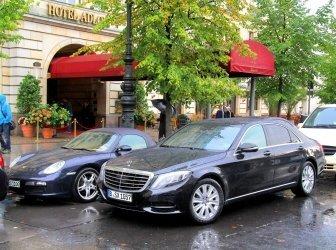 Autos parken vor dem Hotel