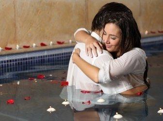 Romantisches Paar umarmt sich im Pool