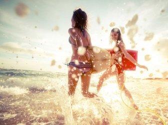 Mädchen gehen Surfen