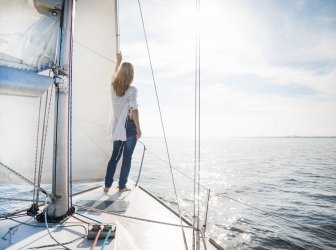 Frau steht auf Segelboot