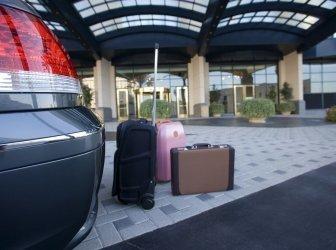 Gepäck neben gaparktem Auto