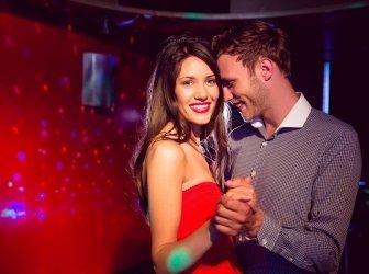 Süßes Paar tanzt in der Disco
