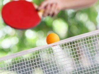 Tischtennisball über dem Netz