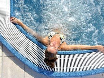 Frau entspannt in einem Whirlpool