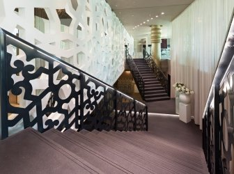 Modernes Treppenhaus in Hotellobby