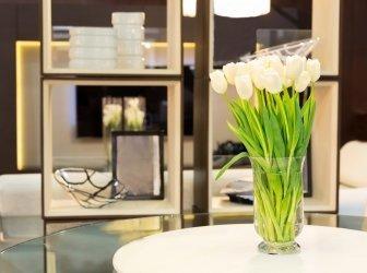 Strauß Tulpen auf dem Tisch