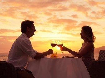 Paar genießen romantisches sunnset Abendessen