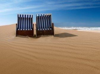 Liegestühle auf einer Sanddüne