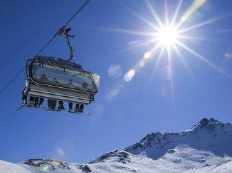 Skifahrer in einem Sessellift