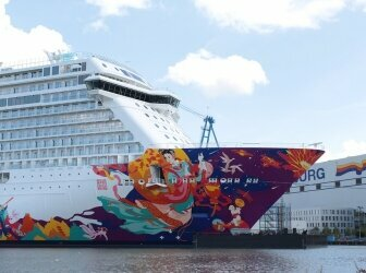 Bootsanlegestelle am Fluss mit Reflexion