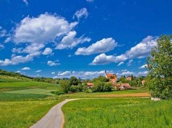 Idyllisches Dorf in der grünen Natur