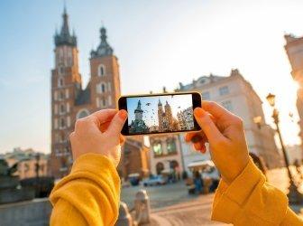 weibliche Hände fotografieren mit einem Handy die Altstadt