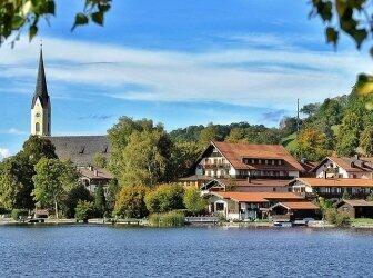 Tourist macht Foto vom Schliersee