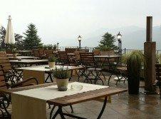 Hotelterrasse mit Bergblick