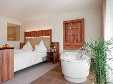 Wellness-Zimmer mit freistehender Badewanne