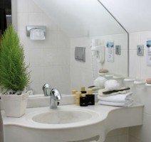 Eines unserer Bäder, ausgestattet mit Haartrockner, Kosmetikspiegel, Toilette, Dusche und/oder Badewanne., Quelle: (c) Hotel & Restaurant Gasthof zum Ochsen