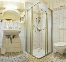 Das Bad unserer Comfort Doppelzimmer ist mit Dusche, WC, Haartrockner und Kosmetikspiegel ausgestattet, Quelle: (c) Hotel & Restaurant Gasthof zum Ochsen