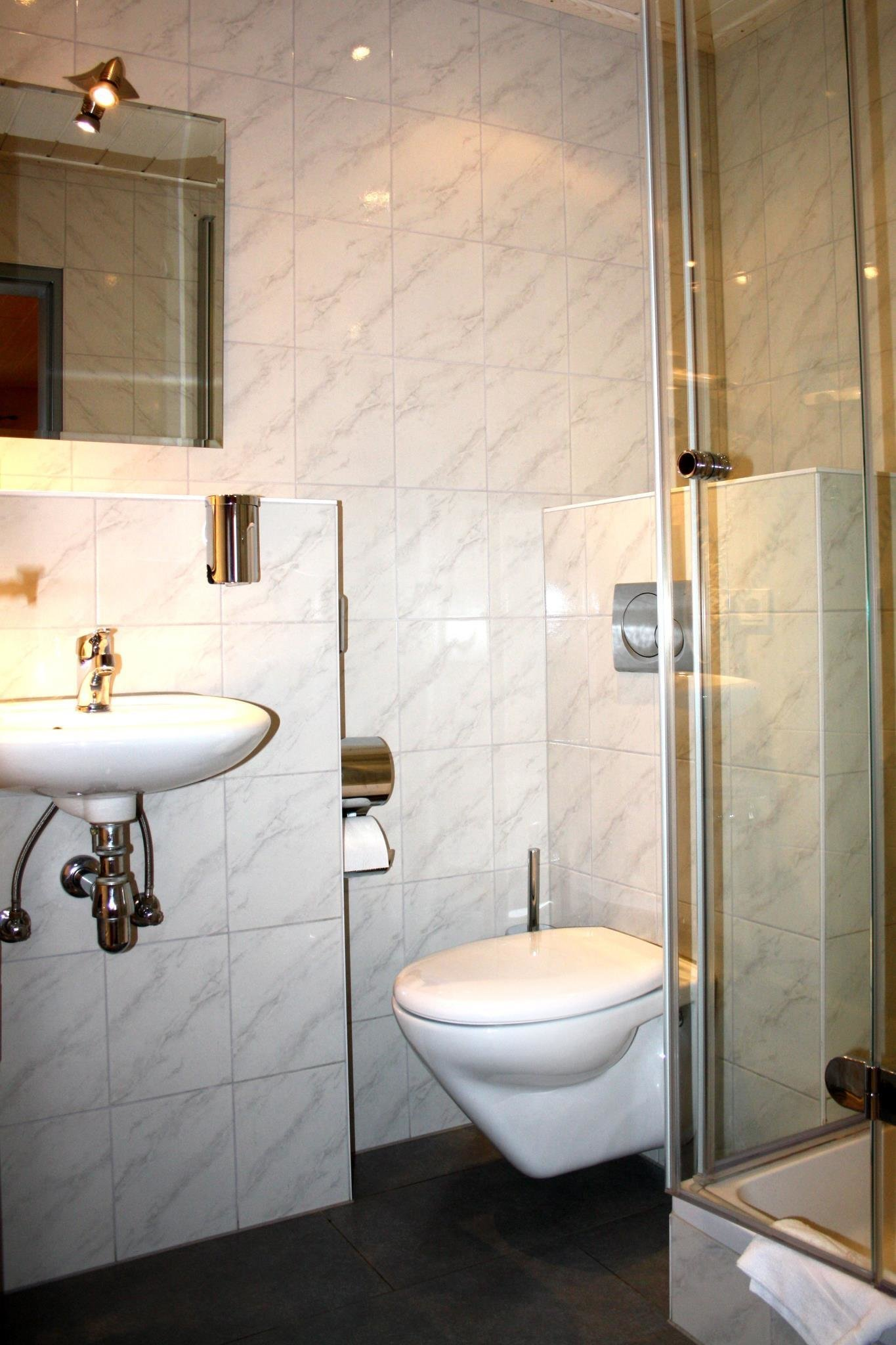 Hochzeitsnacht auf probe im hotel ehranger hof in trier for Badezimmer quelle