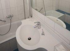 Badezimmer mit Badewanne im Hotel