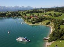 Blick auf den See mit Hotel
