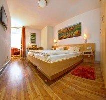 Unsere schönen Comfort Doppelzimmer mit Sitzgelegenheit und Schreibtisch., Quelle: (c) Hotel & Restaurant Gasthof zum Ochsen
