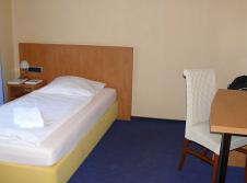 Einzelzimmer Gästehaus (150 m über den Parkplatz)