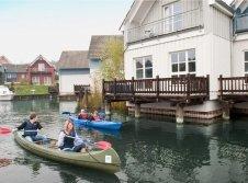 Familie paddelt im Hafen