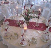 Festsaal mit bordeaux-roter Dekoration, Quelle: