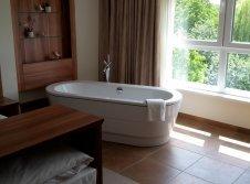 Freistehende Badewanne im Wellness Zimmer