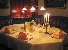 Genießen Sie ein Menu an einem unserer festlich gedeckten Tische