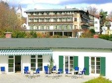 Golfhaus mit Hotel im Hintergrund